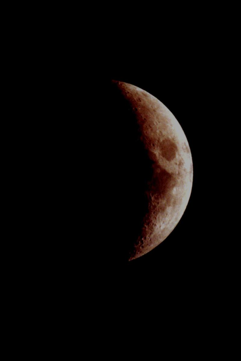 Crescent_moon_from_driveway